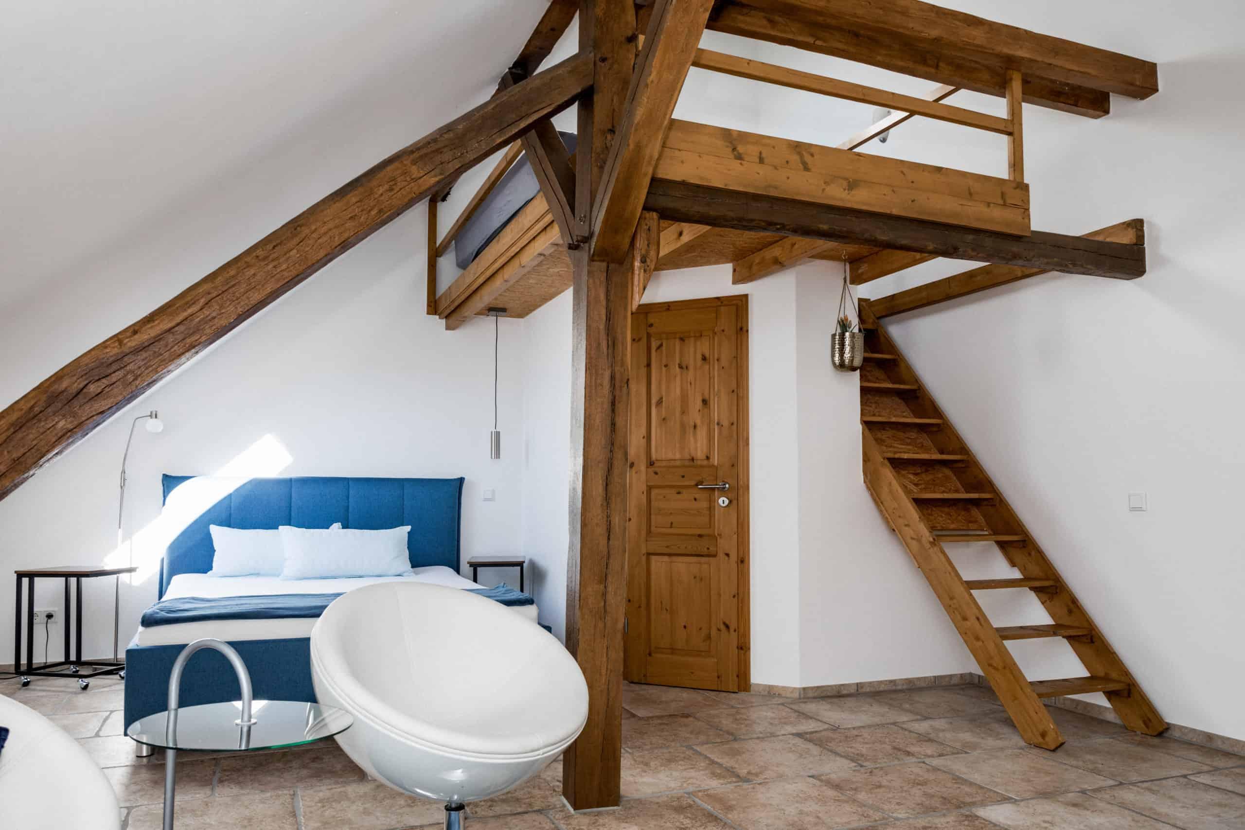 """Loft: Das zweite Schlafzimmer mit """"Notunterkunft"""" im oberen Bereich"""