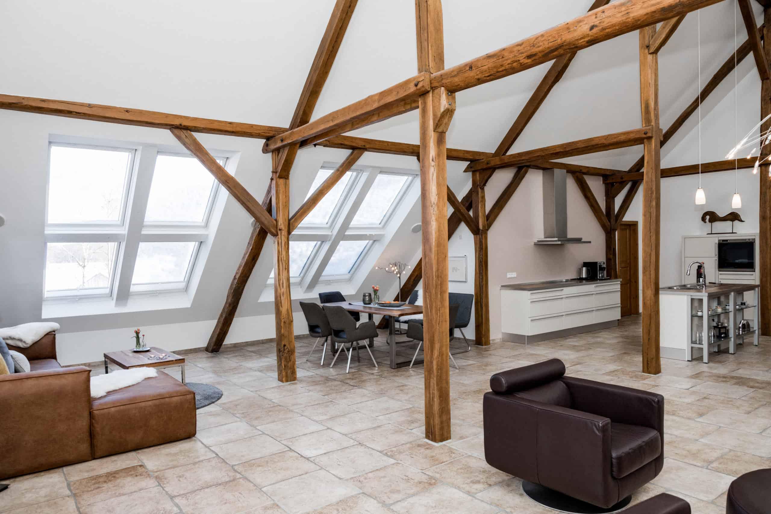 Loft: Blick in Wohn- und Essbereich