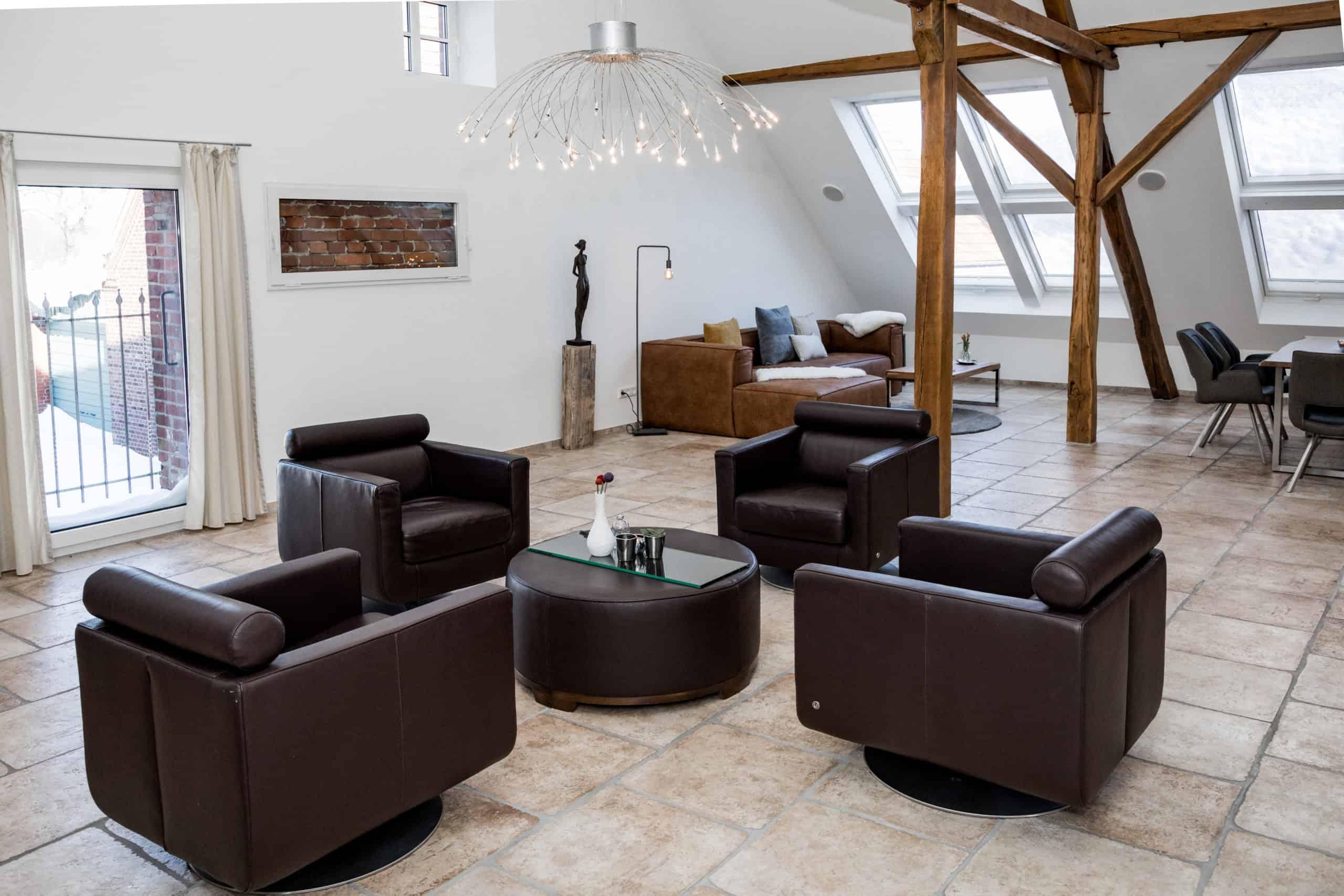 Loft: Sessel und Sofa im Wohnraum